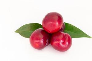 ameixa de cereja vermelha fresca em fundo branco foto
