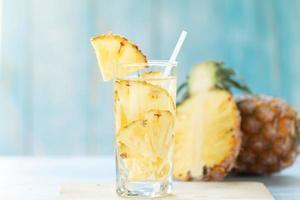 suco de abacaxi e pedaços de abacaxi
