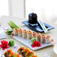 rolos de sushi com molho foto