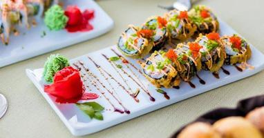 Rolinhos de sushi coloridos com salmão