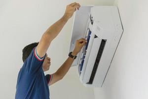 técnico de reparo de ar doméstico