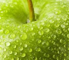maçã verde com gotas de água foto