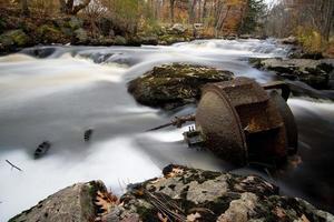 roda d'água enferrujada com engrenagens