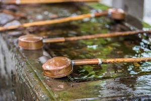 colher de água no templo japonês foto