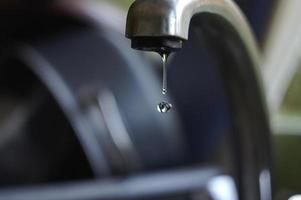 lats gota d'água caindo da torneira foto