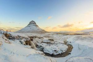 montanha Kirkjufell com quedas d'água, Islândia