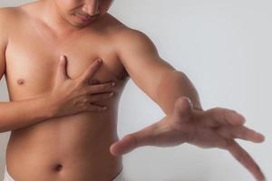 jovem sofrendo um ataque cardíaco e agarrando o peito foto