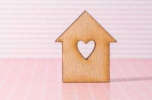casa de madeira com furo em forma de coração