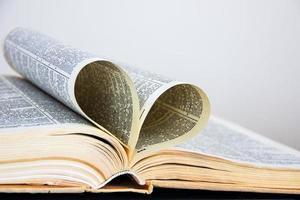 símbolo do coração das páginas de um livro antigo. foto