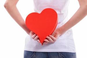 garota segurando coração pelas costas foto
