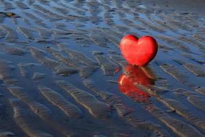 coração vermelho na praia. foto