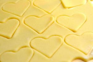 assando biscoitos de coração para o dia dos namorados