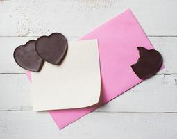 coração de chocolate com papel de nota