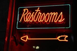 sinal de banheiro de néon foto