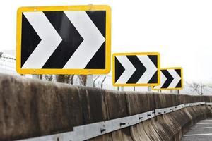 sinais de trânsito direcionais apontando para a direita foto