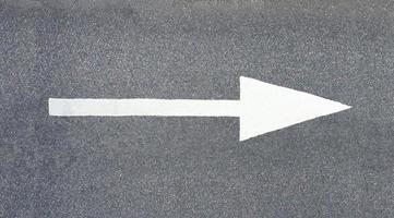 seta pintada no asfalto foto