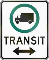 faixa de trânsito para caminhões com direção no Canadá foto