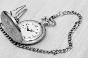 relógio de bolso vintage com corrente de ouro foto