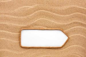apontador feito de corda na areia foto