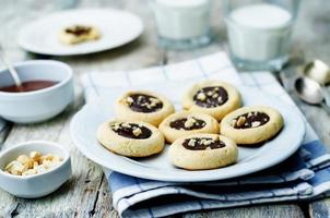 biscoitos de manteiga de castanha de caju com castanha de caju e cobertura de chocolate