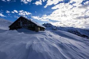 dia tempestuoso de inverno nos Alpes suíços