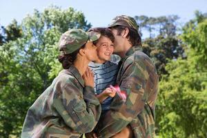 pais do exército reunidos com seu filho