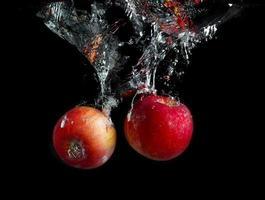 maçãs na água