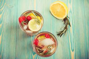 água desintoxicante em copos transparentes