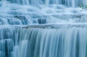 a água cai