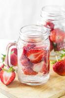 água com infusão de morango
