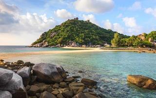 lindo mar na ilha tropical foto