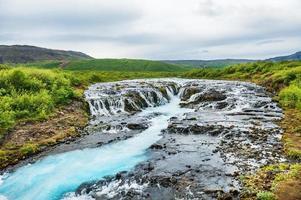 bela cachoeira bruarfoss com água turquesa foto