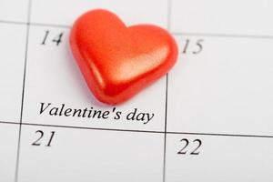 página do calendário com o coração vermelho em 14 de fevereiro foto