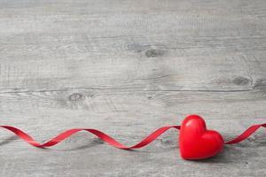 coração vermelho em fundo de madeira
