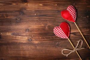 corações do dia dos namorados em fundo de madeira foto