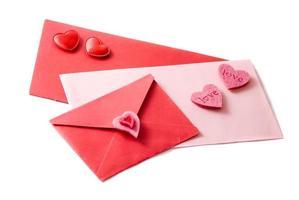 três envelopes decorados com corações