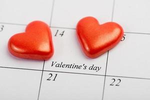 página do calendário com os corações vermelhos em 14 de fevereiro foto