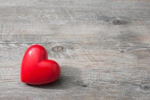 coração vermelho em fundo de madeira foto
