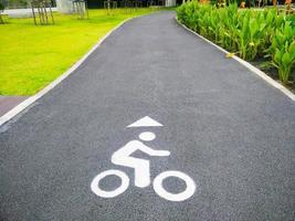 sinalização de estrada para bicicleta no parque foto