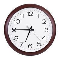 relógio mostra quinze para as sete foto
