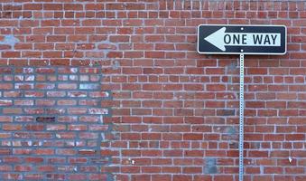 placa de rua de sentido único foto