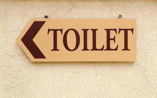 sinal de banheiro na parede