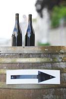 garrafas de vinho em barril de madeira foto