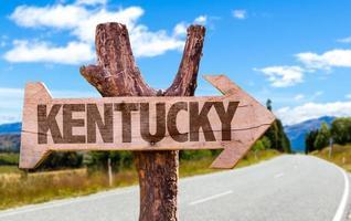 placa de madeira de Kentucky com fundo de estrada
