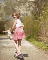 garota feliz no parque foto