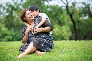 feliz família asiática, mãe com filho no parque