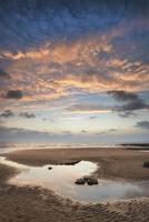 paisagem vibrante e deslumbrante do pôr do sol na baía de Dunraven, na Gales
