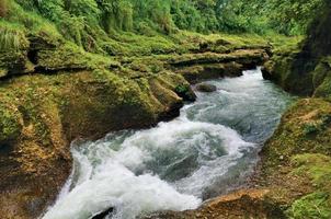 rio tropical no desfiladeiro. foto