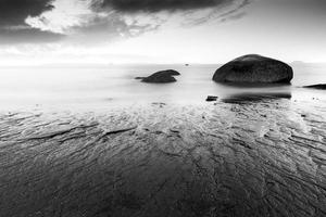 praia e pedras foto