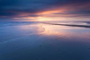 pôr do sol na costa do mar do norte